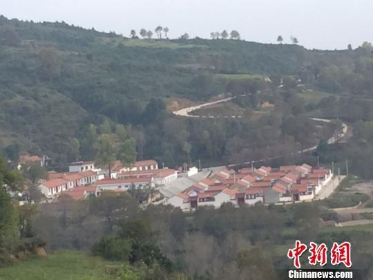 """隔沟相望,是平凉市崆峒区""""十万沟,大阴山""""旅游风景区的所在地."""