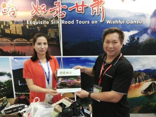 图为广西梧州市旅游发展委员会干部了解甘肃临夏旅游产品.