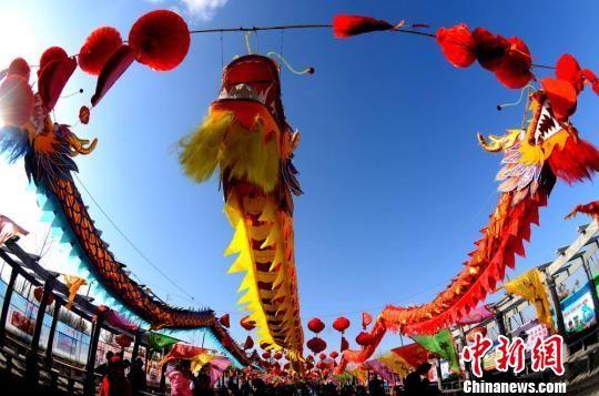 正月十五元宵节渐近,3月2日,游客在地处甘肃河西走廊西端的酒泉市肃州