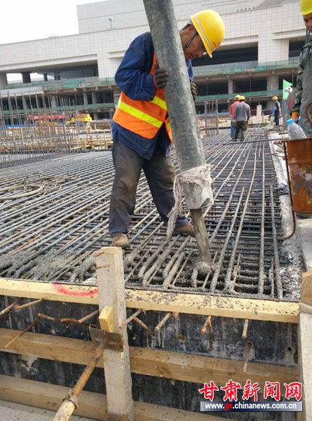兰州轻轨1号线一期工程西客站站主体结构封顶