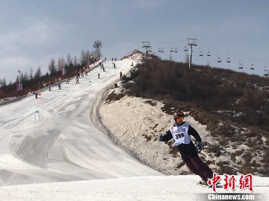 中新网甘肃和政3月1日电 (南如卓玛)为打造甘肃冰雪旅游品牌,推动冬季全民健身运动,甘肃省体育局1日在和政县松鸣岩国际滑雪场举行了首届高山滑雪锦标赛,全省各滑雪场、俱乐部近百滑雪运动员上演单板、双板滑雪赛,以及雪地摩托车表演等项目。   这是官方第一次组织滑雪比赛,以前都是赞助商和滑雪爱好者自发的。滑雪运动员佟丽娜接受中新网记者采访时说,去年以来,甘肃境内先后开业了很多滑雪场,这对滑雪爱好者是一种福音,官方也越来越重视全民健身。  图为滑雪运动员正在准备比赛。 南如卓玛 摄   滑雪运动员佟丽娜今日