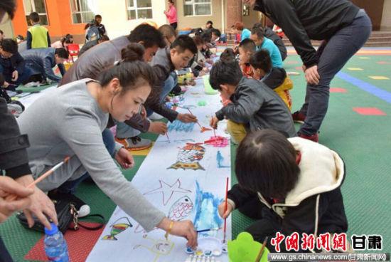 """平凉市崆峒区世纪花园幼儿园大二班举办主题为""""多彩童年""""的大型亲子绘"""